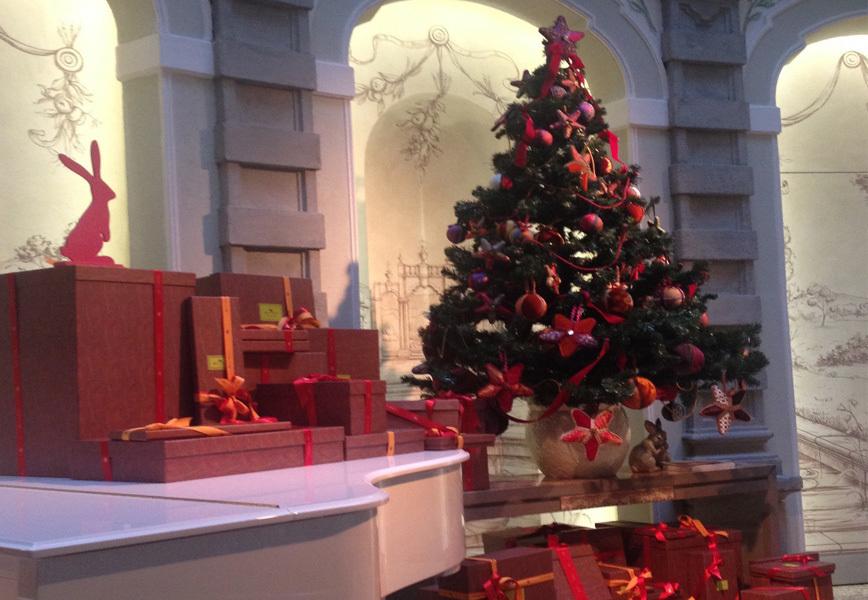 Addobbi natalizi etro crea l 39 albero di natale per l 39 hotel - Addobbi natalizi per finestre fai da te ...