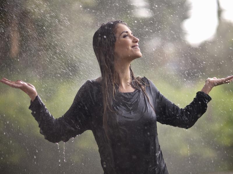 Sotto la pioggia meglio camminare o correre per non for Sotto la pioggia ombrelli