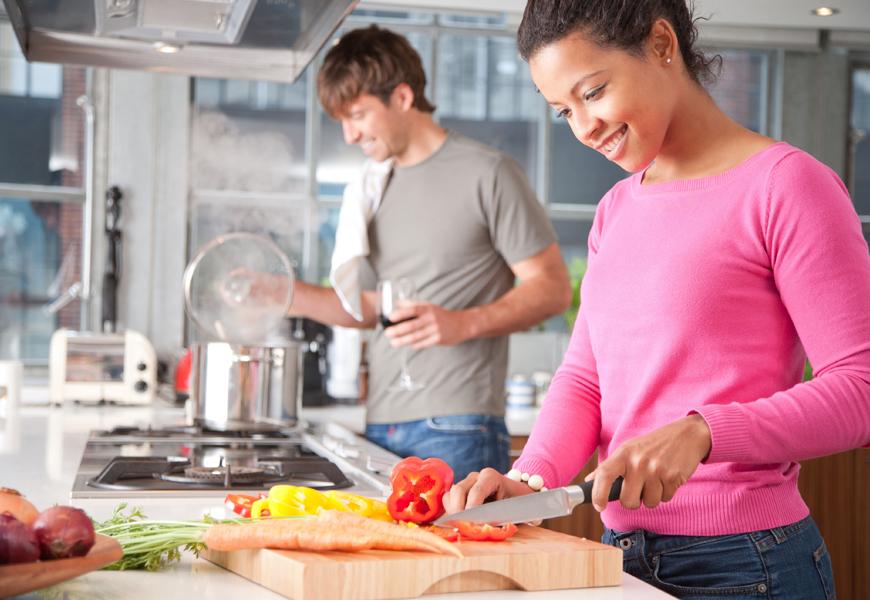 Le differenze tra uomini e donne in cucina - Sesso in cucina ...