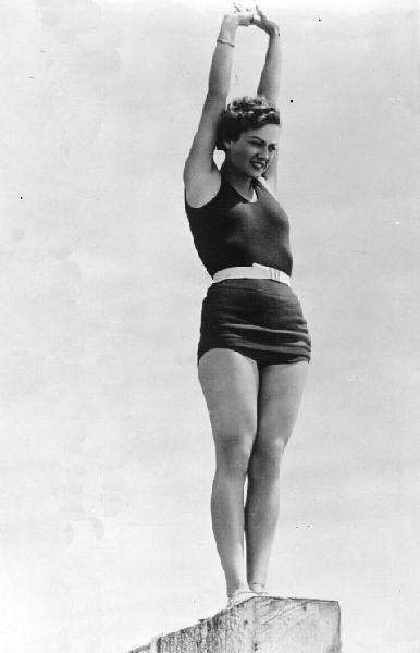 Foto vintage di donne al mare in costume da bagno tra - Donne grasse in costume da bagno ...