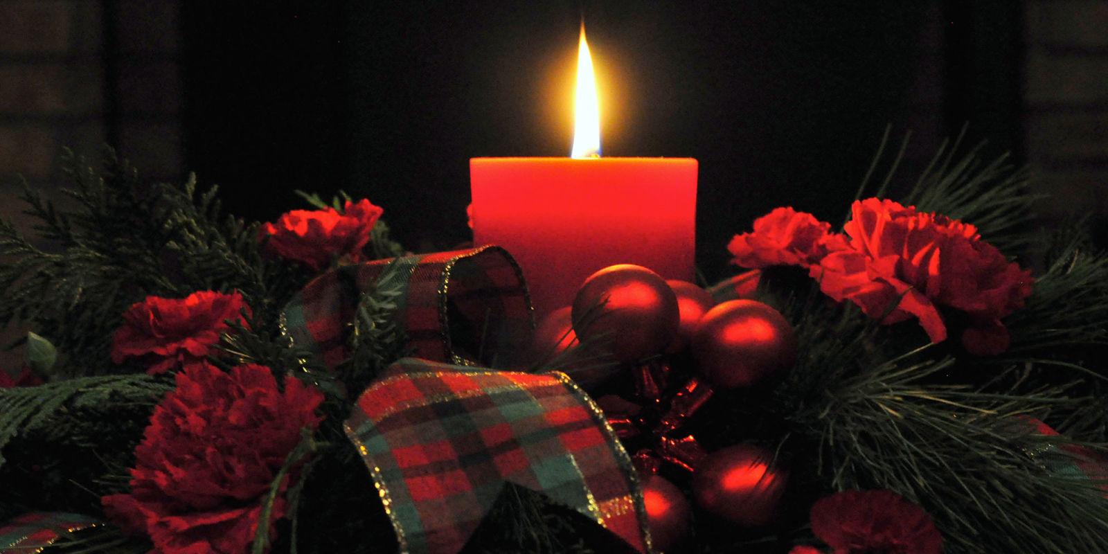 12 centrotavola natalizi fai da te creativi con candele e - Tavoli apparecchiati per natale ...