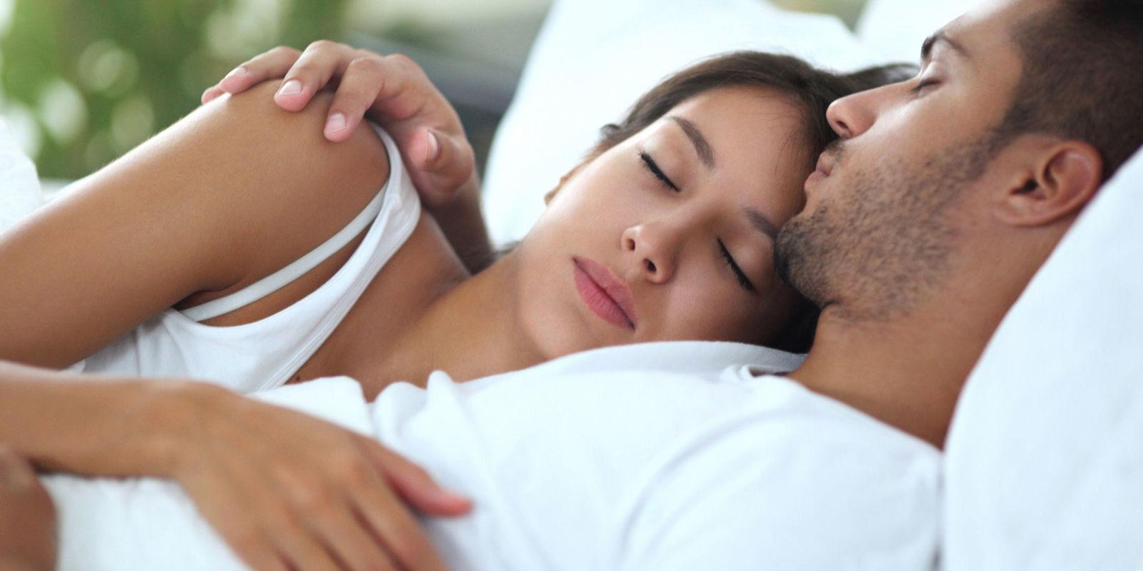 Dormire insieme i segnali che ti dicono che innamorato di te - Giochi che si baciano a letto ...